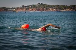 Nadando en el mar con boya